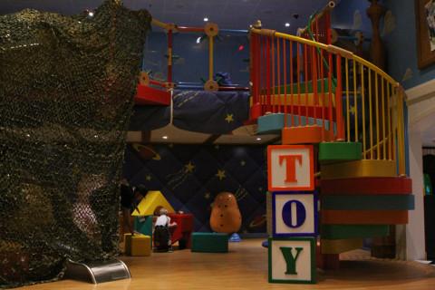 Mais um pedacinho do quarto do Andy no Oceaneer Club, eles estavam cobrindo pra fazer um teatrinho