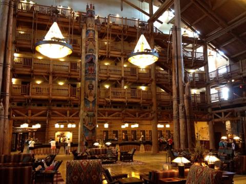 E esse lobby tem cheirinho de pinheiros, como se fosse em uma floresta