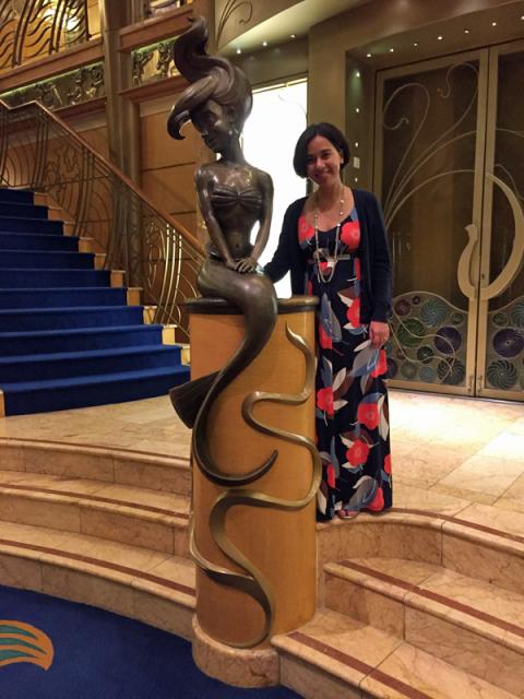 Eu e a estátua da Pequena Sereia no Disney Wonder
