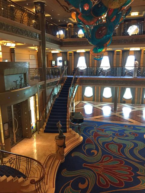 O lobby do Disney Wonder