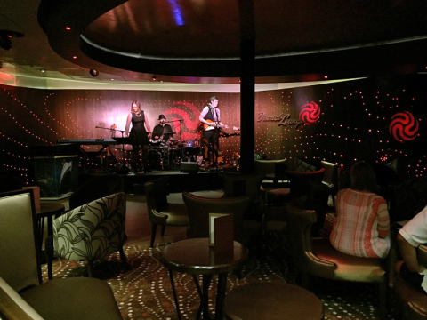 District Lounge, música ao vivo na área de adultos