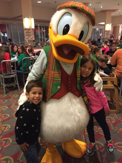 Donald com as crianças no jantar de Natal do Hollywood and Vine