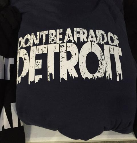 Achei muito legal essa blusa Don't Be Afraid of Detroit (Não tenha medo de Detroit)