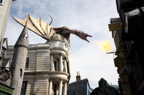 O dragão em ação no Beco Diagonal