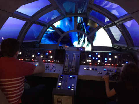 Gabe, Julia e Eric pilotando a Millennium Falcon na parte nova do kids club do Disney Dream