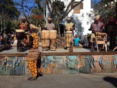 Drummers of Harambe em ação, na África