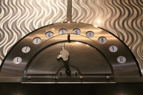 A mãozinha do Mickey marca o andar onde está o elevador