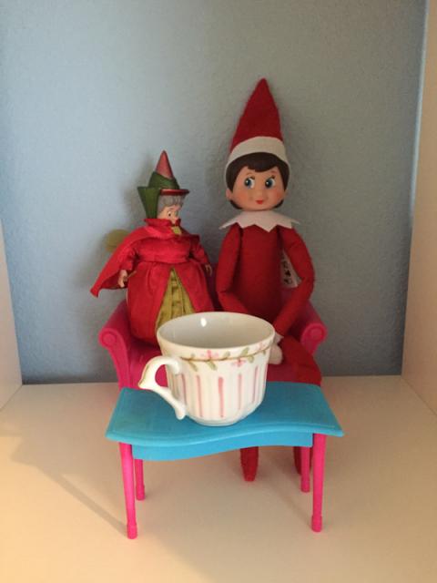Tomando chá com a Flora, uma das fadas da Bela Adormecida
