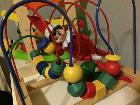 Frosty escondida em um brinquedo...