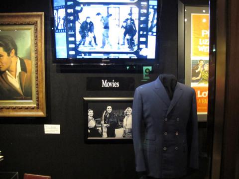 A área de filmes tem muitas fotos, pôsteres e roupas