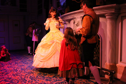Julia participando do Enchanted Tales with Belle, interpretando a Fera