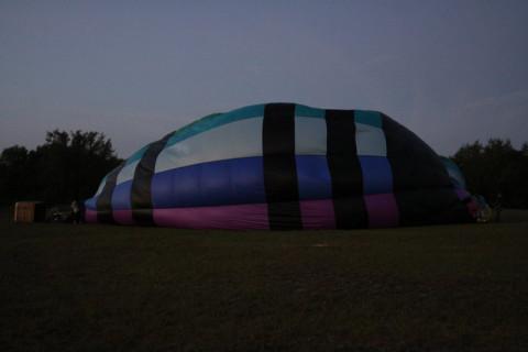 Enchendo um dos balões