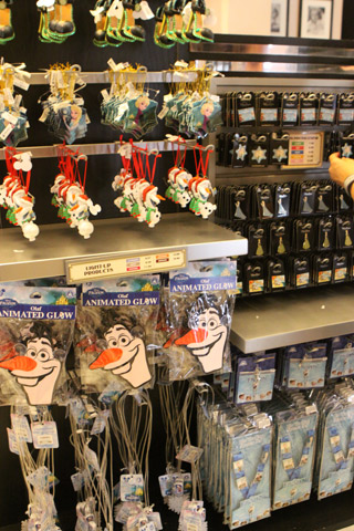 Enfeites de Natal e pins de Frozen