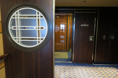 A entrada do corredor de cabines Concierge no Disney Dream
