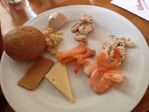 Provei o queijo marrom norueguês (não achei lá essas coisas) e outras coisinhas gostosas