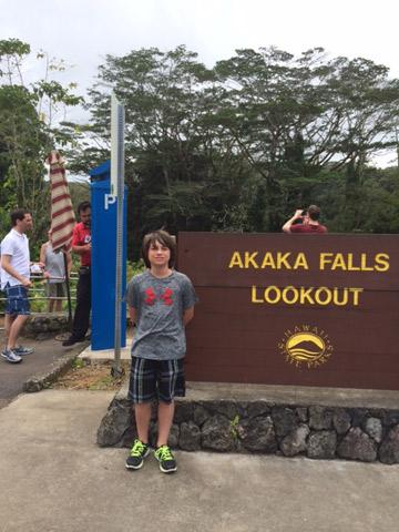 Enzo chegando no mirante de Akaka Falls