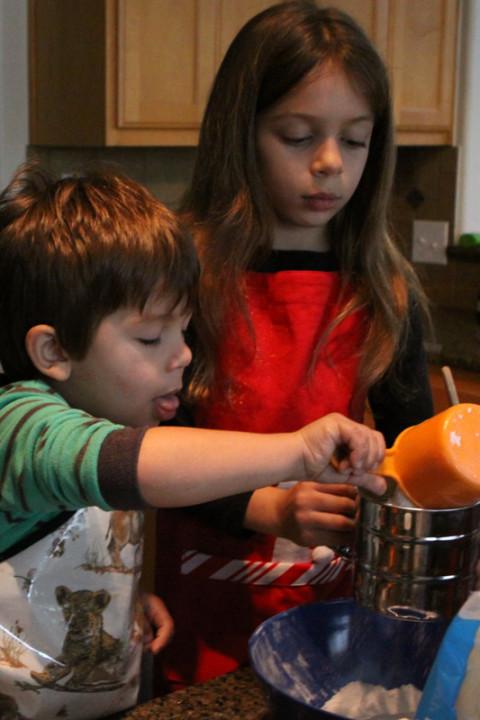Eric ajudando a fazer os cookies