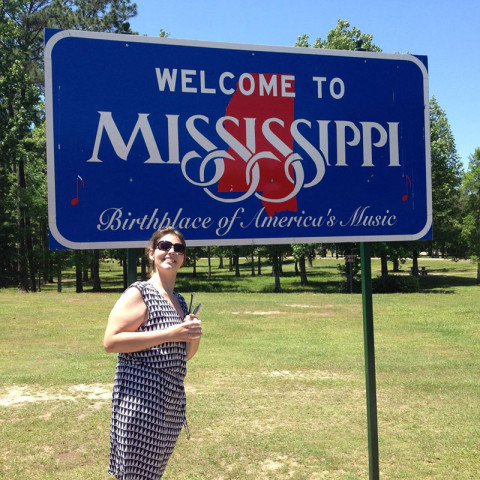 Erica e a placa de Welcome do Mississippi
