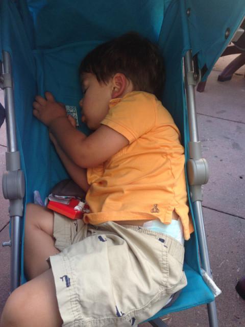 Eric dormindo no carrinho