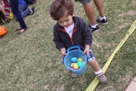 Eric mostrando os ovinhos que pegou