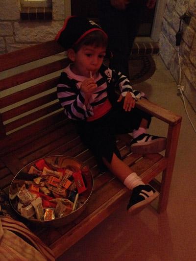 Eric esperando as crianças e comendo doce no Halloween 2014