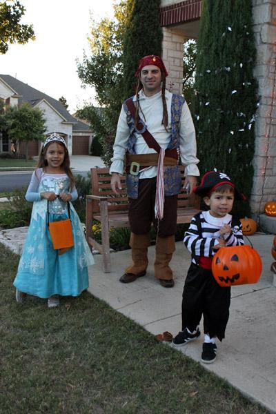 Julia, Eric e Gabe saindo pra pegar doces