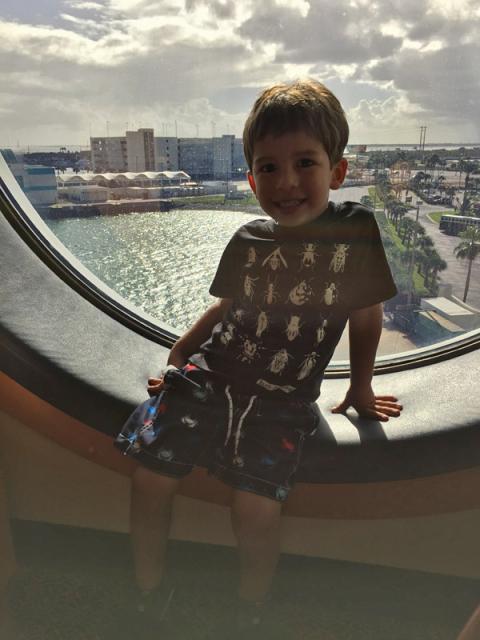 Eric na janela ainda em Porto Canaveral