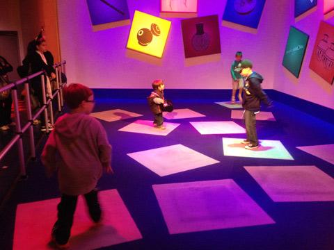 Eric adorou essa brincadeira interativa com sons na saída da atração Journey into Imagination with Figment