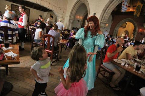 Eric fazendo graça com a Ariel no almoço do Arkeshus - 1 Table