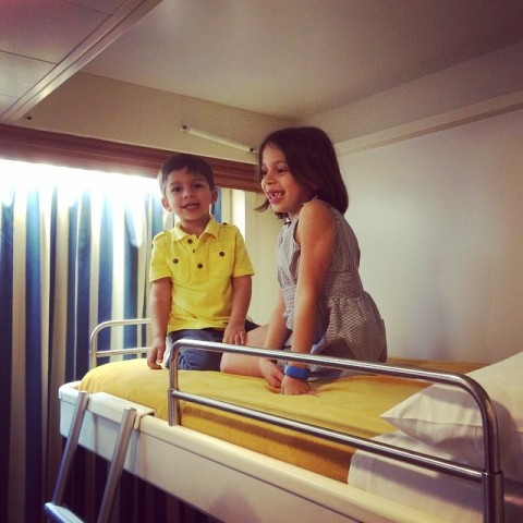 Eric e Julia testando a beliche na primeira noite do cruzeiro