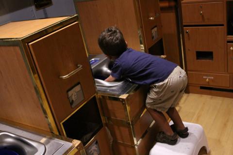 Toda criança quando chega no clube tem que lavar as mãos - a Julia não quis enfiar a mão nesse negócio e eles deram o gelzinho