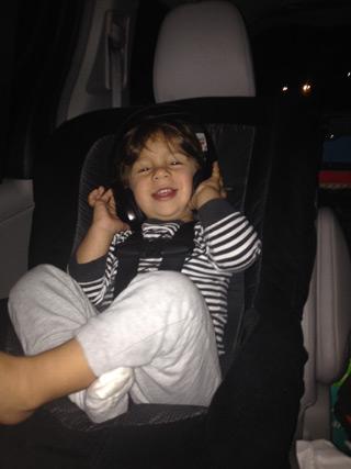 Eric no bebê conforto na viagem para a Disney