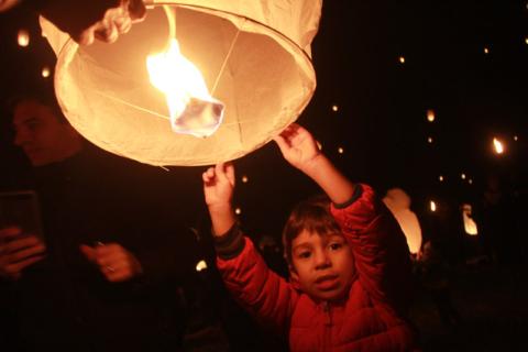 Festival das Luzes nos EUA: O Eric soltando a lanterna dele