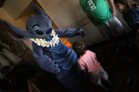 Stitch e Eric no café com personagens do Ohana