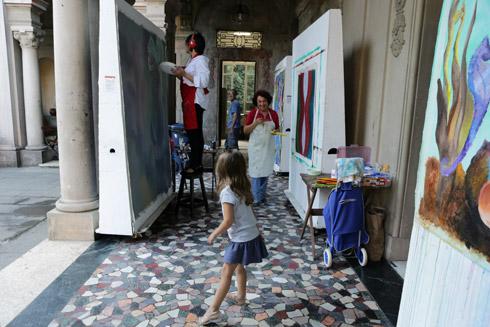 Julia adorou ver o pessoal pintando nos corredores do Solar