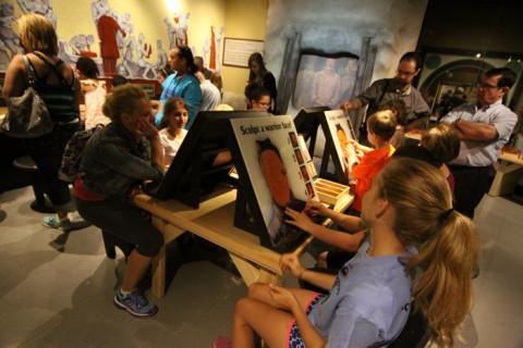Crianças esculpindo os rostos dos soldados