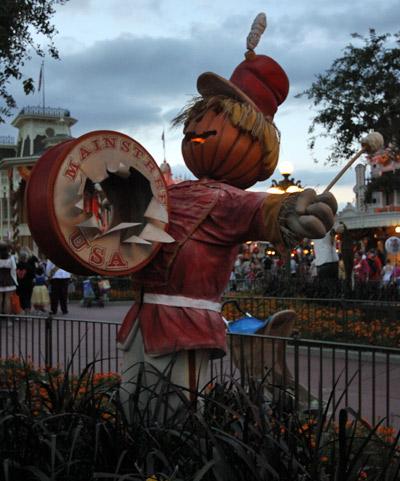 Tem vários espantalhos com cabeça de abóbora na praça