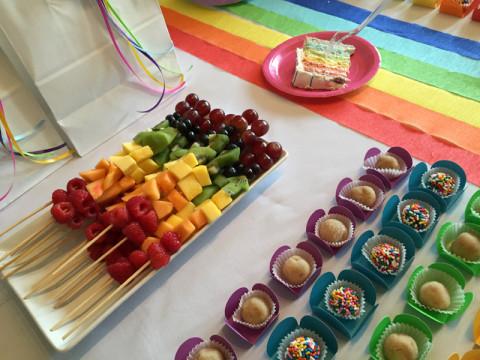 Espetinho de frutas arco-íris