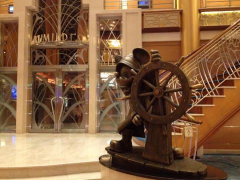 Estátua do Mickey no Lobby do Disney Magic: cada navio tem uma estátua de um personagem diferente