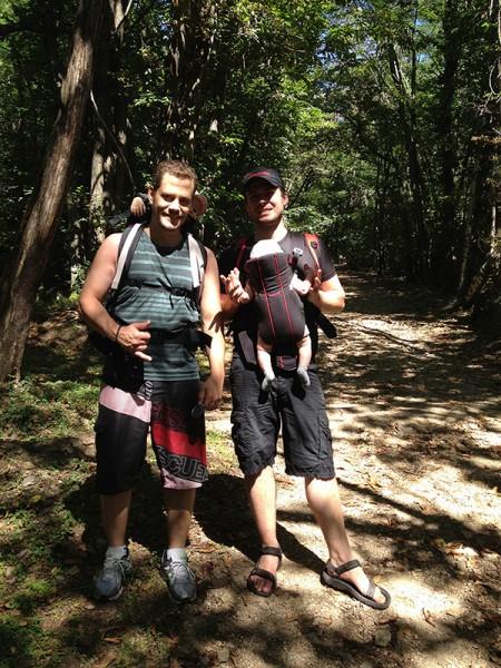 eu e um amigo passeando pelas montanhas na suíça