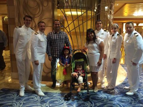 Foto com os oficiais da tripulação do Disney Dream