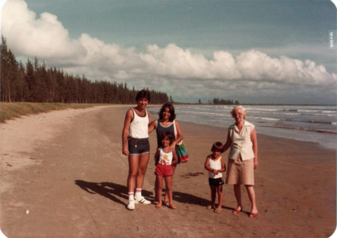 Meus pais, eu, meu irmão e minha avó paterna em Búzios, 1983