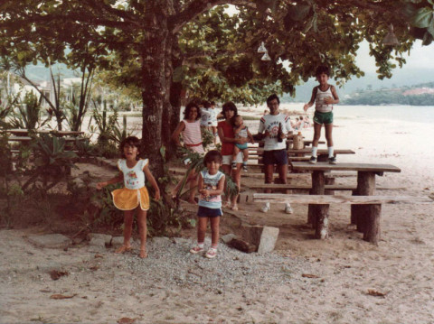 Eu, meu irmão, minha mãe, meus tios e primos Vinícius e Leandro em Ubatuba, 1983