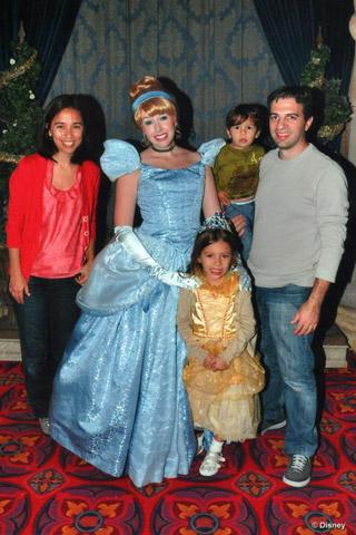 A família inteira com a Cinderela, chegando para o jantar no Royal Table