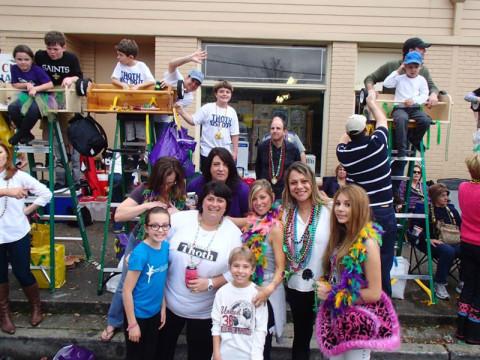 Família e amigos curtindo o Mardi Gras de New Orleans