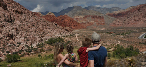 A família curtindo a vista do Calico Basin Park