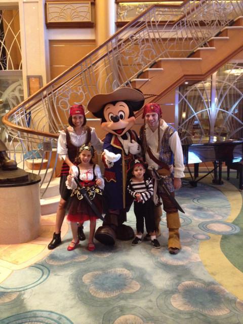 Família pirata com o Mickey na noite dos piratas