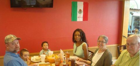 Almoço com a família no restaurante mexicano
