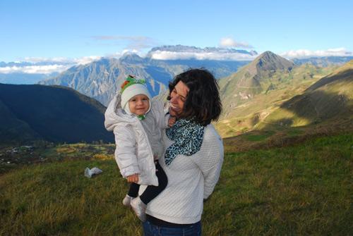 Manu com a filhota Olivia no Peru