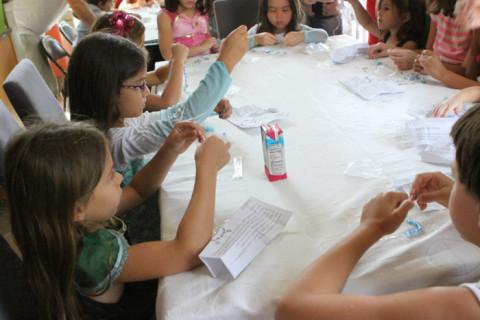 As meninas em ação fazendo as pulseiras